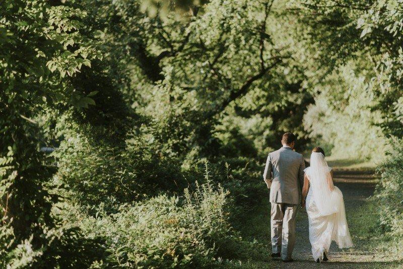 nature couple voor een veganistische bruiloft
