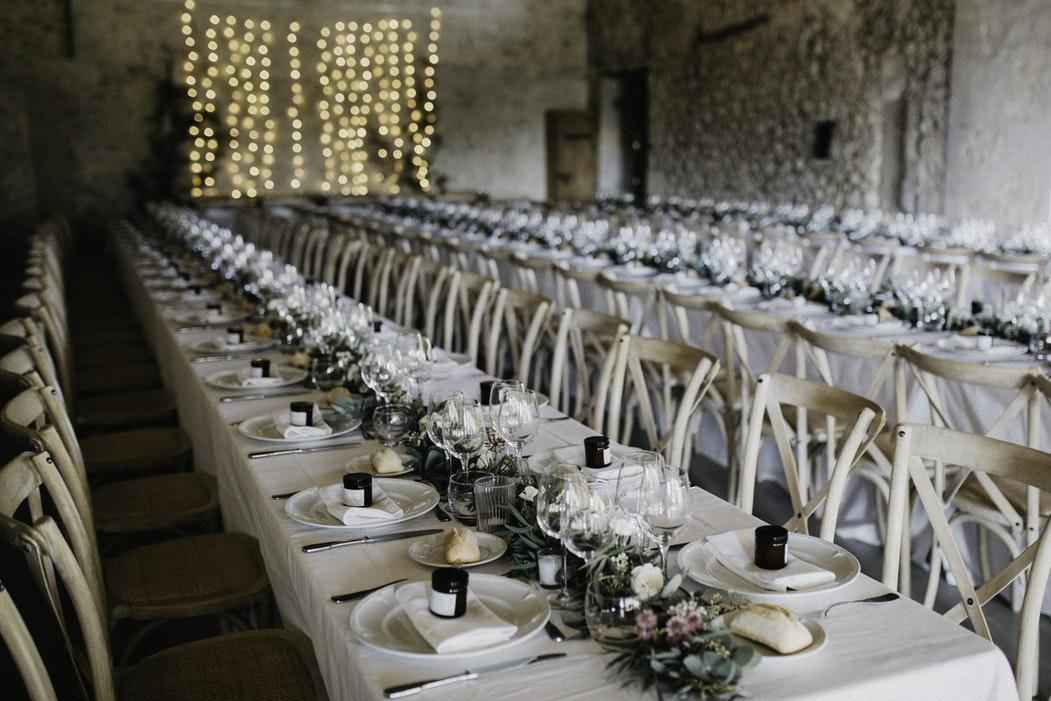 lange tafels voor industrieel trouwen