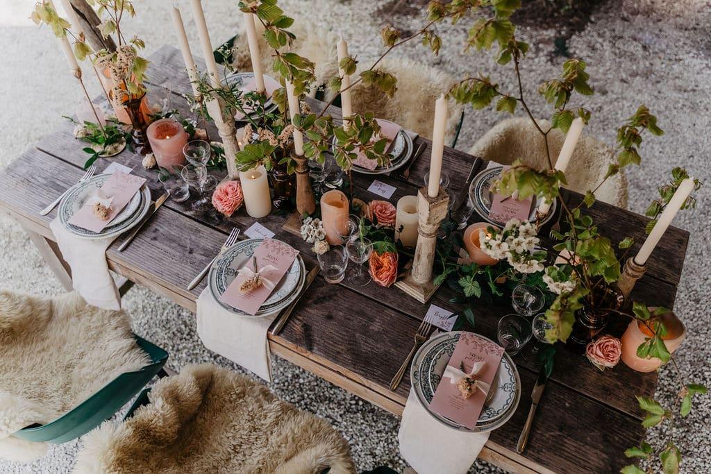 bloemen en kaarsen als centerpieces op de dinertafel